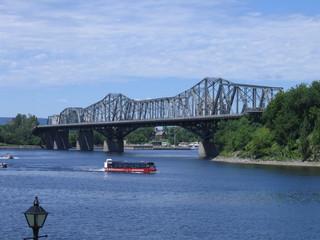 Au loin, le pont Alexandra - Ottawa