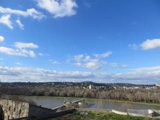 Au loin, le pont d'Avignon