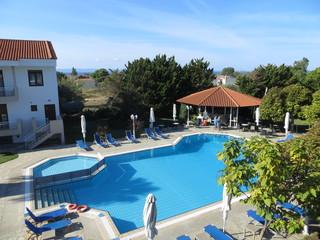 Vue de la piscine depuis la chambre d'hôtel à Nikiti