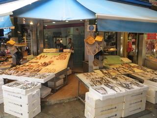 Une poissonnerie dans  Kapani Market